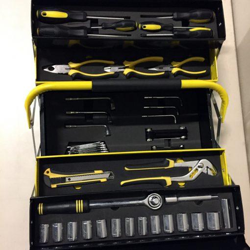 une organisation et une flexibilité accrue lors de l'utilisation. Cette boîte à outils est également portable et facile à transporter avec son large guidon protégé contre le glissement. Le boîtier est noir et jaune et se distingue immédiatement et facilement du reste des boîtes à outils et peut être utilisé à l'intérieur ou à l'extérieur.   Caractéristiques:Une boîte à outils pratique et pliable composée de 58 pièces.Stockage complet