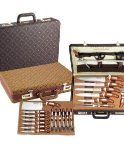 <p><b>Royalty Line RL-K25LB; Set couteaux 25 pieces</b></p><p>Ce set de 25 couteaux Royalty Line en valise de luxe est idéal pour un pique-nique ou un barbecue car vous avez toujours tout avec vous. L'ensemble de couteaux de 25 pièces est emballé dans un étui de luxe pour emporter facilement tous les couteaux. Les lames sont en acier inoxydable et les poignées en bois donnent un bon look.</p><p>Hachoir / Chef Couteau</p><p>Couteau Jambon / Couteau à pain</p><p>Couteau Trancheur / Couteau à désosser</p><p>Couteau à fromage / Couteau Pizza</p><p>Fourche / Aiguisoir</p><p>6 Fourche / 2 Ciseaux cuisine</p><p>6 couteaux à steak</p><p> <img alt='' src='http://www.msy.be/images/Image/Image/Royalty%20Line/RL-K25LB_1365078274.jpg?1518105819419' style='width: 500px; height: 500px;' /></p>